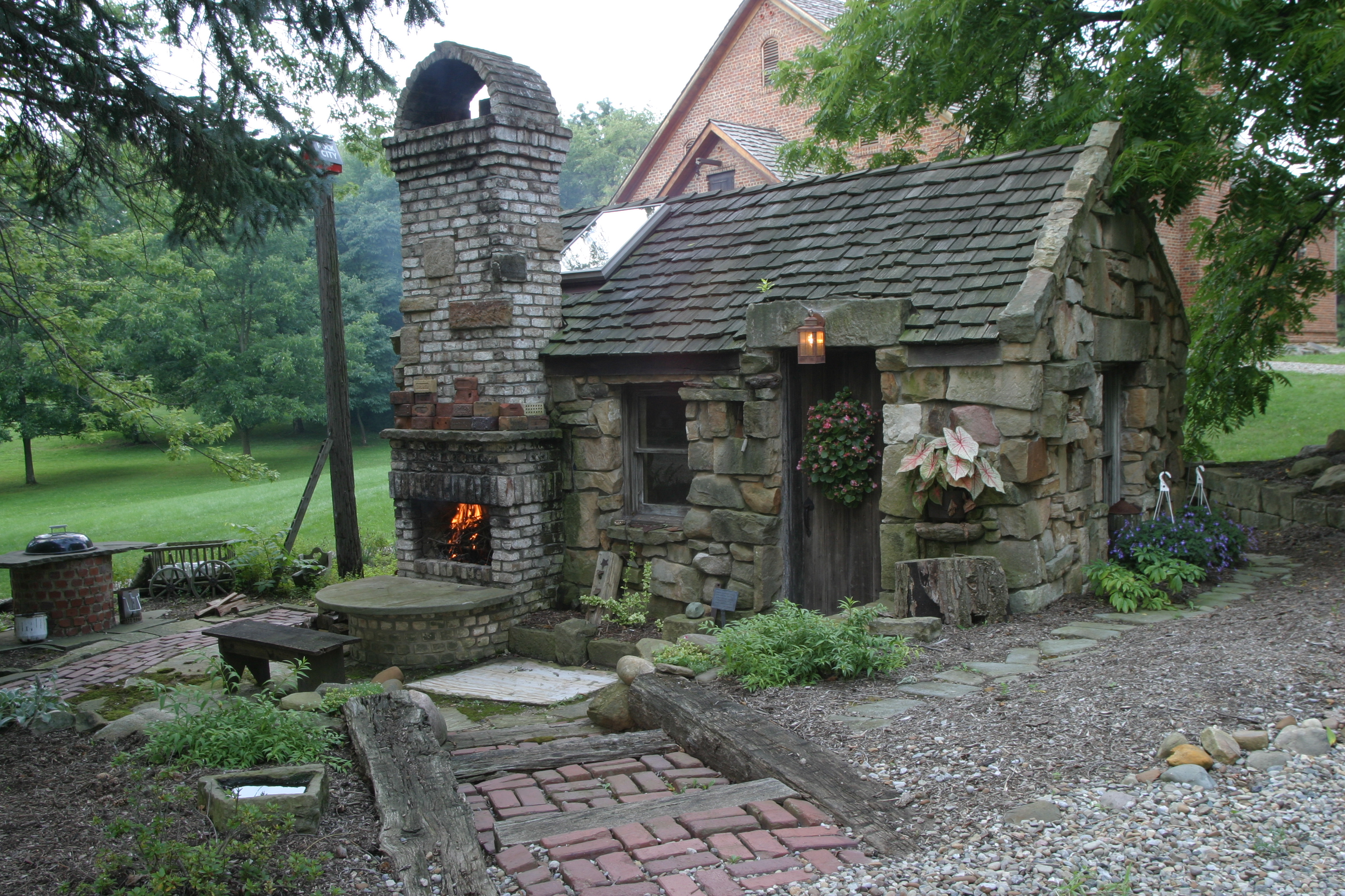 30 perfect outdoor fireplace pictures creativefan for How to build a small outdoor fireplace